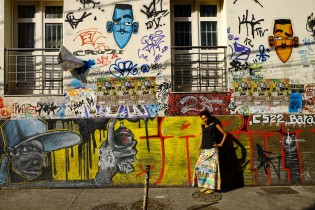 Cristiane in front of her colorful tagged appartment in Lapa (Rio de Janeiro).