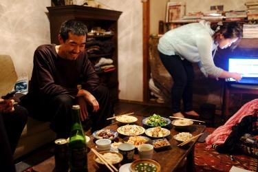Yohei having dinner wth friends home.