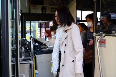 Ami takes the bus to go to work every day.