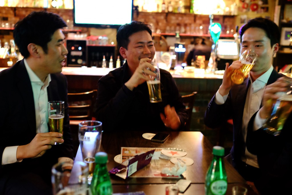 Jun Ho having some drink with friends on a saturday night.