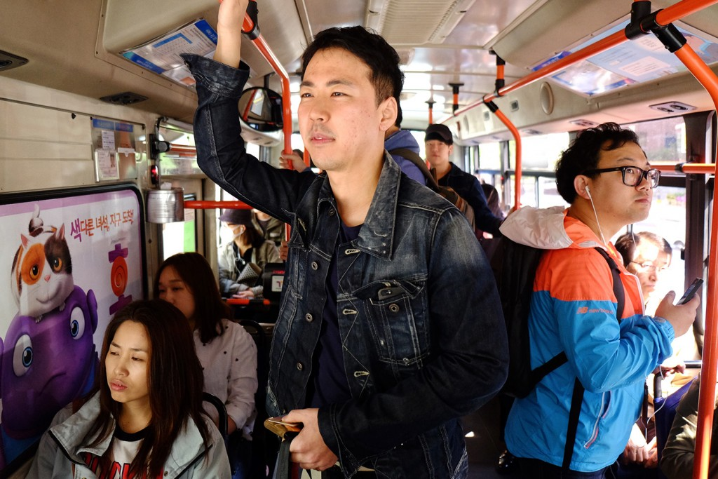 Jun Ho has a car but usually takes the bus to get around the city and go to work.