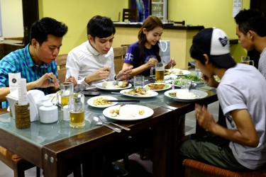 Min having dinner with friends.